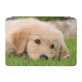 小道具場合で夢を見ているゴールデン・リトリーバー犬の子犬 iPad MINIカバー