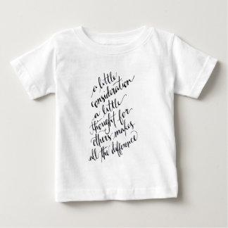 少しは生じますすべての違いを考えました ベビーTシャツ