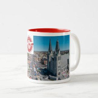 少しポーランドのフェスティバルのマグ ツートーンマグカップ