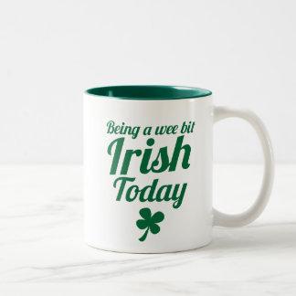 少し今日のSt patricks dayのアイルランドのデザインがあります ツートーンマグカップ