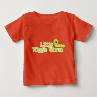 少し振れみみずの明るい春の緑のInchworm ベビーTシャツ