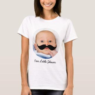 少し電気かみそりの髭の男の赤ちゃんの写真の新しいお母さん Tシャツ
