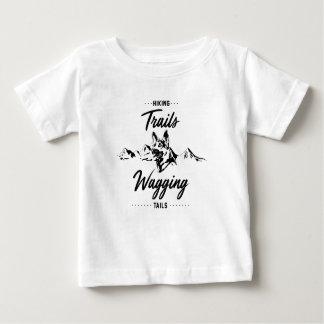 尾を振るハイキングコース ベビーTシャツ