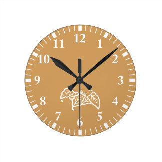 尾行されたこうもり型のカシの葉 ラウンド壁時計