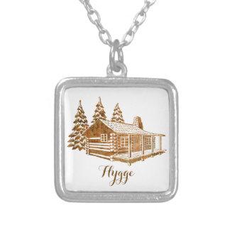 居心地のよい丸太小屋- Hyggeかあなた自身の文字 シルバープレートネックレス