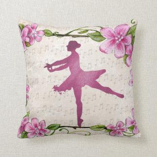 屋内か屋外のピンクの花のバレリーナのダンサー クッション