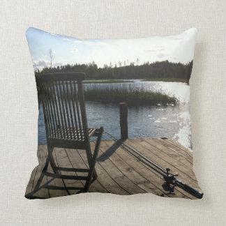 屋外か屋内湖のコテッジの魚釣りの枕 クッション