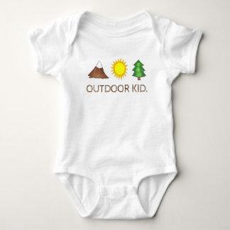 屋外の子供山の日光の松の木の森のキャンプ ベビーボディスーツ
