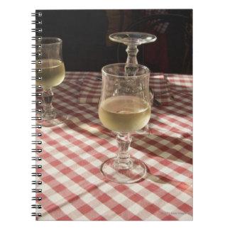 屋外の赤の水そしてワインのためのガラス ノートブック