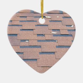屋根からの眺めはクローズアップの茶色を屋根をふきます 陶器製ハート型オーナメント