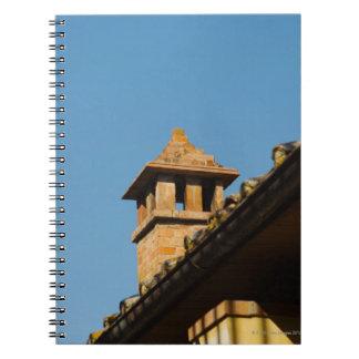 屋根の煙突の低い角度眺め、サン ノートブック