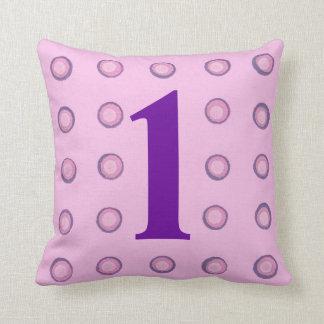 層にされたピンクおよび紫色の水玉模様の年齢1の枕 クッション