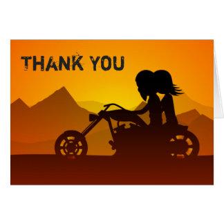 山が付いているカップルの乗馬のオートバイは感謝していしています カード