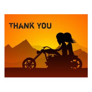 山が付いているカップルの乗馬のオートバイは感謝していしています ポストカード