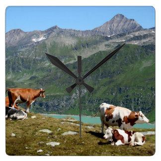 山で高い美しい牛 スクエア壁時計