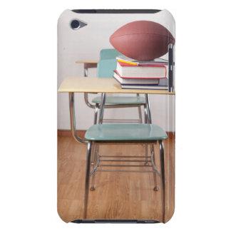 山に坐るフットボールの学生の机 Case-Mate iPod TOUCH ケース
