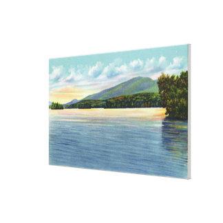山のアンパーサンドの中間のSaranac湖の概観 キャンバスプリント