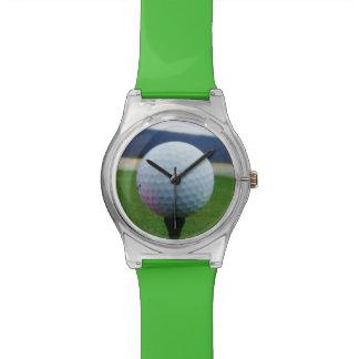 山のゴルフコースのピンクのゴルフ・ボール 腕時計