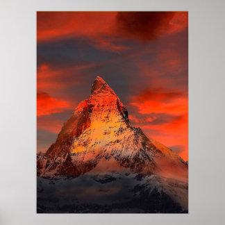 山のスイス連邦共和国マッターホルンZermattの赤の空 ポスター