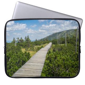 山のツンドラ木道の景色 ラップトップスリーブ