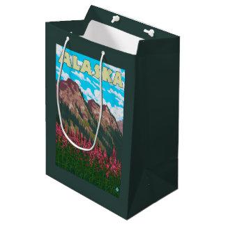 山のヴィンテージ旅行ポスターを持つFireweed ミディアムペーパーバッグ