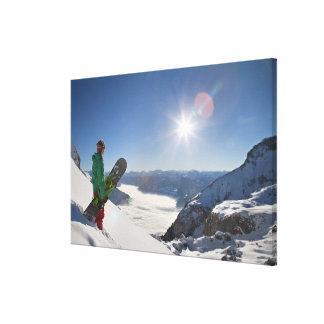 山の上から見ているスノーボーダー キャンバスプリント