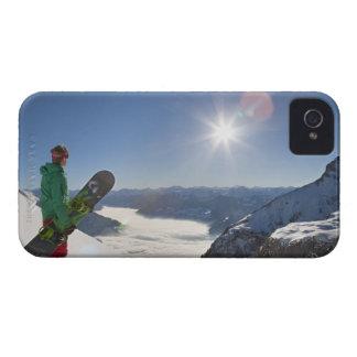 山の上から見ているスノーボーダー Case-Mate iPhone 4 ケース