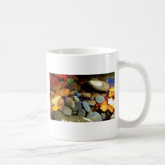 山の入り江の石が付いている秋の葉 コーヒーマグカップ