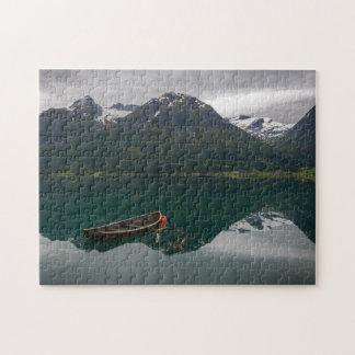 山の反射のパズルが付いている古いボート ジグソーパズル