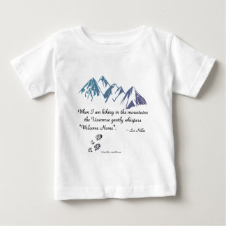 山の宇宙ささやきの歓迎された家のハイキング ベビーTシャツ