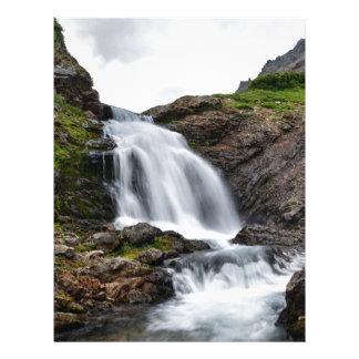 山の川の美しい滝の滝 レターヘッド