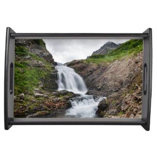 山の川の美しい滝 トレー