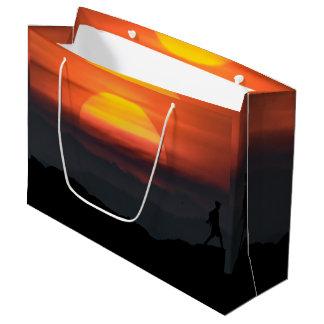 山の景色のイラストレーションの人の歩く ラージペーパーバッグ