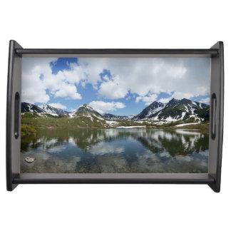 山の景色: 湖、雲、青空 トレー