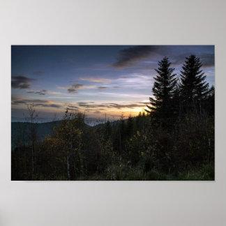 山の森林の上の日没 ポスター