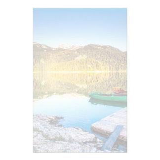 山の湖およびボートの水の反射 便箋