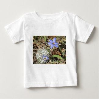 山の紫色のアイリス花の春 ベビーTシャツ