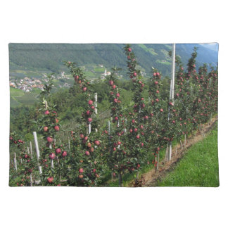 山の背景の赤いりんごの木 ランチョンマット