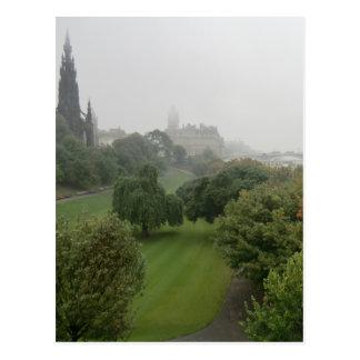 山の通りからの霧深いエジンバラ ポストカード