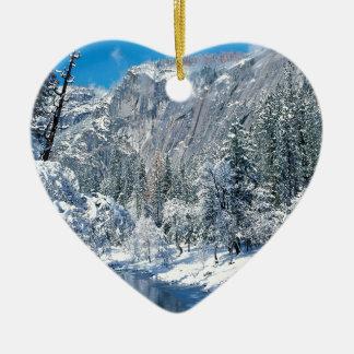 山の雪はヨセミテの標準を群がらせます セラミックオーナメント