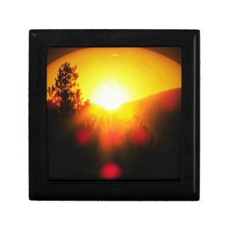 山上の燃えるオレンジ日没 スクエアギフトボックス小