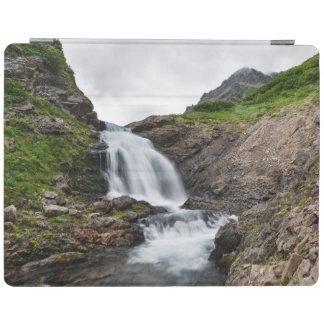 山地の絵のような滝 iPad カバー