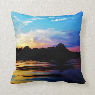 山湖の虹の日没 クッション
