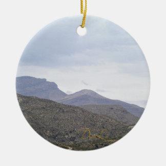 山Alamogordoニューメキシコの女性 セラミックオーナメント
