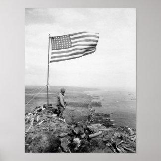 山Suribachi - WWIIに飛ぶ米国旗 ポスター