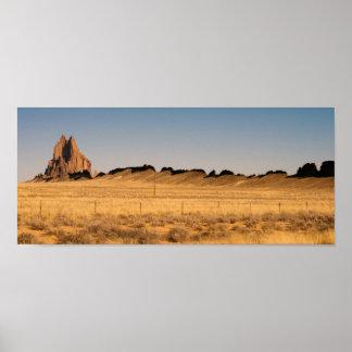 岩が多いゴツゴツしたビュートShiprockニューメキシコ米国 ポスター