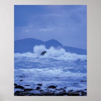 岩が多い海岸に対して衝突する荒海 ポスター