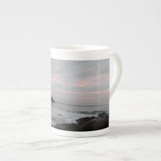 岩が多いCambria、カリフォルニアの日没の海岸線 ボーンチャイナカップ
