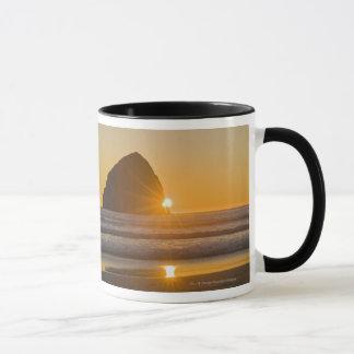 岬Kiwandaの日が差すことおよび三角波の石 マグカップ