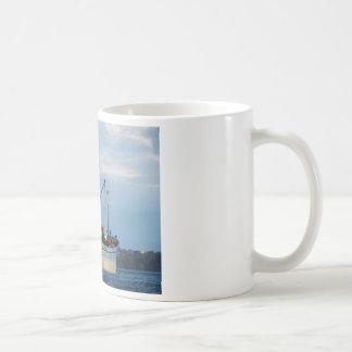 島のギリシャの貨物船 コーヒーマグカップ